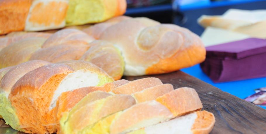 Pane alla curcuma e pomodoro